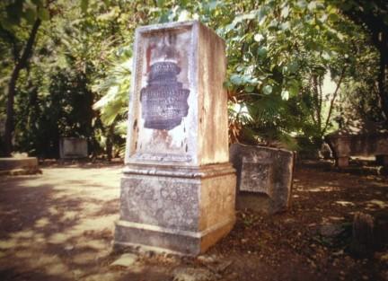 """Una delle tombe del """"cimitero degli inglesi"""""""