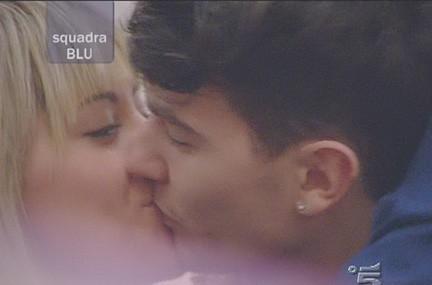 Adriano Bettinelli e Martina Stavolo si baciano