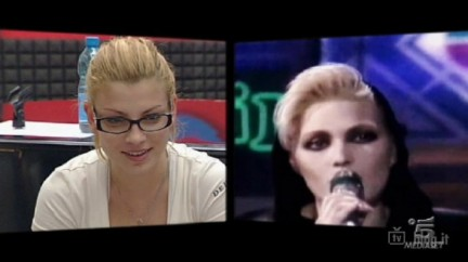 Emma Marrone guarda un video di Anna Oxa
