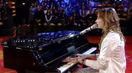 Silvia Olari si esibisce al piano
