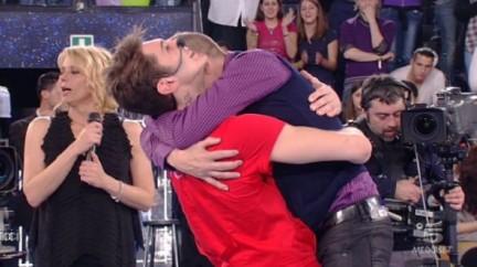 Stefano De Martino abbraccia Garrison prima di abbandonare la scuola di Amici
