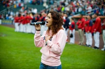 Cassandra De Rosa canta l'inno nazionale statunitense all'apertura dell stagione di football americano
