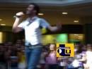 Federico Angelucci canta in un centro commerciale di Como