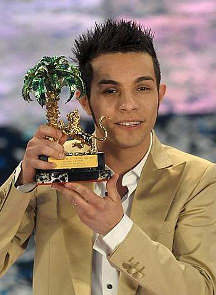 Marco Carta alza il premio di Sanremo
