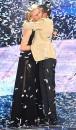 Marco Carta abbraccia Maria De Filippi dopo aver saputo di aver vinto Sanremo