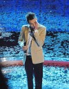 Marco Carta si esibisce dopo aver vinto Sanremo