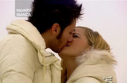 Luca Napolitano e Alice Bellagamba si baciano