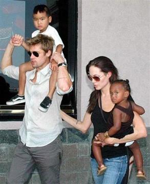 Angelina Brad e i figli.