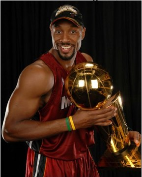 alonzo mourning con il trofeo nba 2006