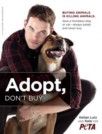 Kellan Lutz in un annuncio della PETA a favore delle adozioni nei canili.