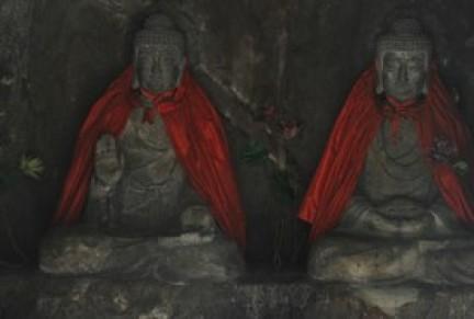 Buddha con mantelline nel tempio Qixia Rupe Mille Buddha, periferia di Nanchino
