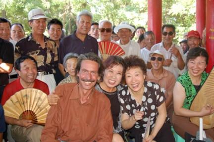 Giorgio Bettinelli, viaggiatore italiano in  Cina si ferma in un villaggio durante il suo All China Tour a bordo di una Vespa