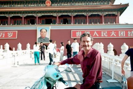 Giorgio Bettinelli, viaggiatore italiano in  Cina si ferma a piazza Tian An Men  durante il suo All China Tour a bordo di una Vespa