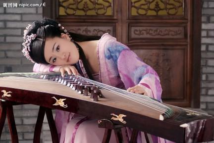 Il guzheng, strumento tradizionale cinese a 21 corde