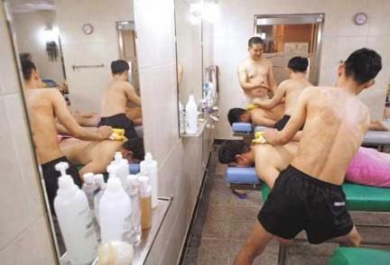 Un cliente si fa strofinare la pelle  in una sala da bagno pubblica �澡