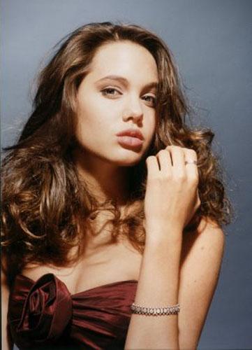Le foto glamour di Angelina Jolie 15enne, ritratta da Harry Langdon, saranno messe all'asta