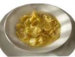 piatto di cappelletti in brodo
