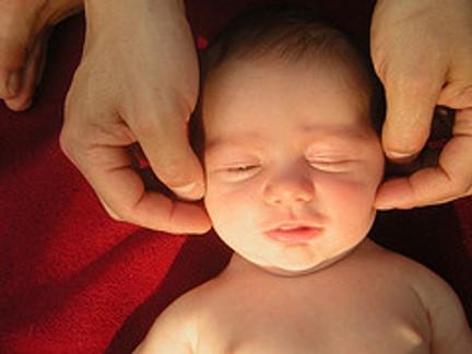 effetti benefici del massaggio infantile fatto dai genitori