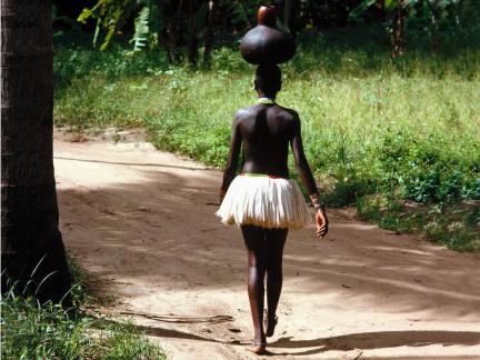 ragaza Giriama nella strada per casa
