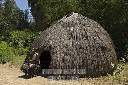 uomo Kamba fuori della sua abitazione