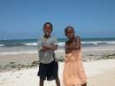 bambini in posa nella spiaggia di silversand a Malindi