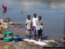 ragazzine Luo lavano in riva al fiume