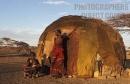 famiglia Gabbra fuori della loro capanna nel villaggio Kalacha