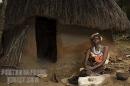 donna Kalenjin e tipica abitazione