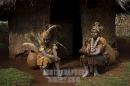 donne kikuyu conversano vicino alla loro capanna, Nyeri