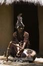 ragazzo Luo suona il Nyatiti, strumento tradizionale della tribù