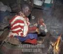 """donna Maasai mischia latte di capra con sangue nel suo """"boma"""""""