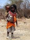 bambina Samburu porta a cavalluccio il fratellino