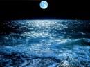 luna sull'oceano