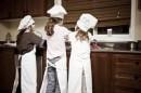Piccoli cuochi in cucina