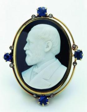 Cameo con il ritratto di Charles Lewis Tiffany in oro, conchiglia, sardonio, zaffiri e diamanti - 1900 ca