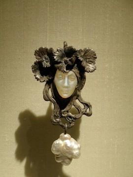 Lalique - Viso di donna con pendente di perla