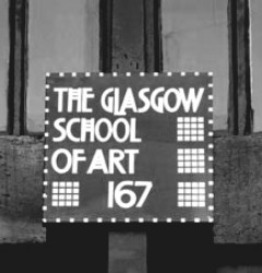 Targa della Scuola di Glasgow in perfetto stile Mackintosh