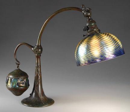 Louis Comfort Tiffany - Lampada da tavolo in favrile-glass con controbilancinciatore
