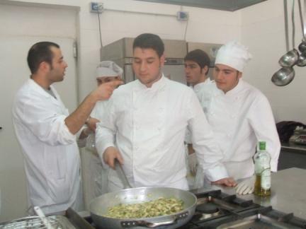 Pasquale ed i suoi alunni durante la fase di realizzazione del carciocco