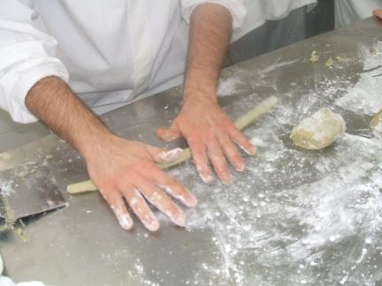 Esperte mani realizzano il cordoncino di pasta da cui poi verranno tagliati i