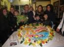 Sal insieme ad un gruppo di fan e alla torta creata da Antonio Cafiero