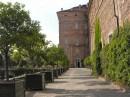 Un vialetto che costeggia il castello