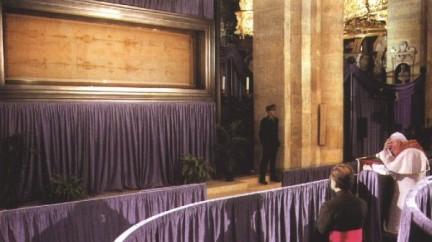 Giovanni Paolo II davanti alla Sindone nel 1998