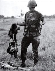 Un soldato amricano con i resti di un Vietcong