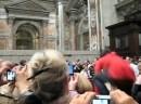 Benedetto XVI spinto a terra durante la Messa della notte di Natale