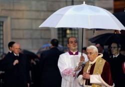 Benedetto XVI in piazza di Spagna all'Immacolata
