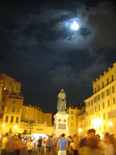 PRIMA Campo de' Fiori movida notturna sotto la luna