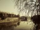 Inverno Lungotevere e il suo fiume in un giorno di pioggia
