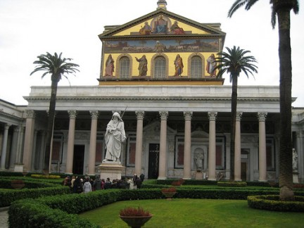 Il cortile adiacente l'ingresso della Basilica