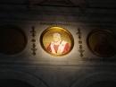 Tondo posto nella navata raffigurante papa Benedetto XVI